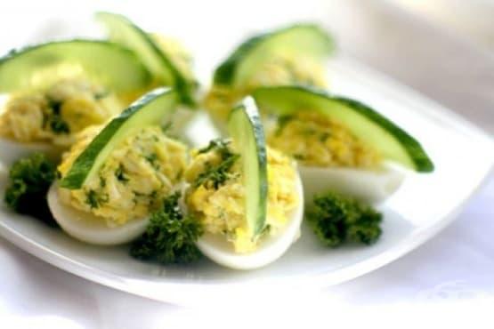 Пълнени сварени яйца с шунка, кашкавал и майонеза - изображение