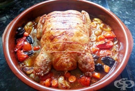 Пълнено печено пиле с гъби, зеленчуци и сини сливи в тъмна бира - изображение
