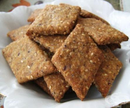 Крекери от пълнозърнесто брашно със слънчоглед, лен и сусам - изображение