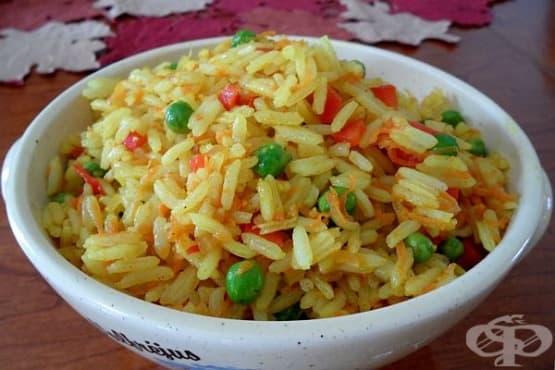 Пържен ориз със зеленчуци, чесън, лук и къри - изображение