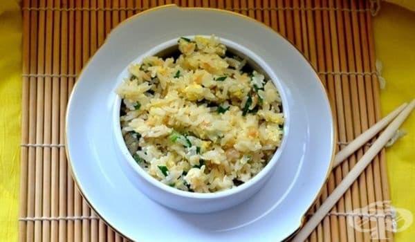 Пържен ориз с яйца, зелен лук и чесън - изображение