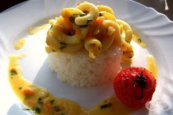Пържени калмари в сметана с ориз - изображение