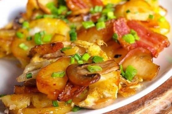 Пържени картофи с бекон, яйца, гъби и лук - изображение