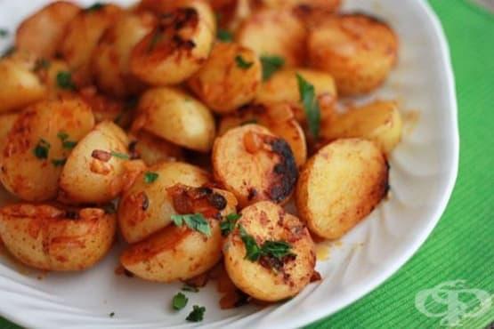 Задушени пресни картофи с чесън и червен пипер - изображение