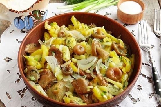 Пържени картофи с осолени гъби, чесън, копър и лук - изображение