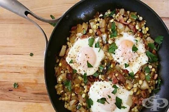 Пържени картофи с бекон, царевица и яйца - изображение