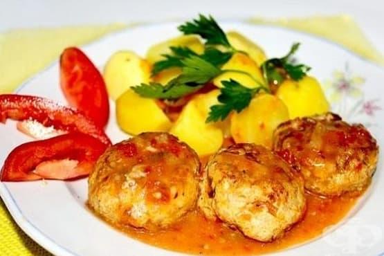 Пържени кюфтета с ориз, задушени в доматен сос - изображение