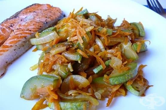 Пържени тиквички с лук и моркови - изображение