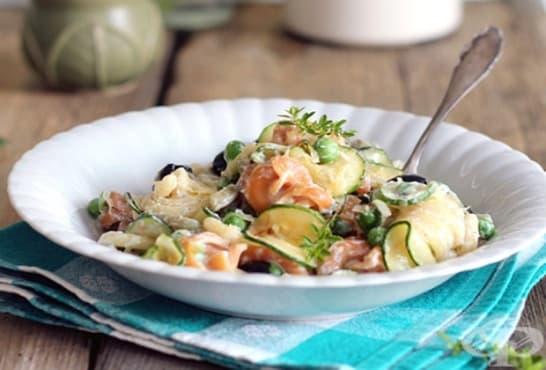 Пъстра салата с тиквички и макарони - изображение