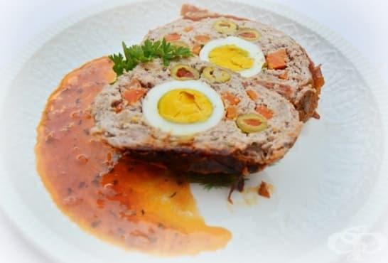 Пъстро руло Стефани с маслини, бекон и доматен сос - изображение