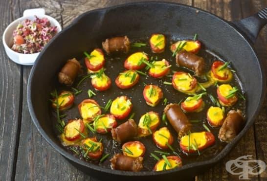 Пълнени печени домати с яйца и наденица - изображение