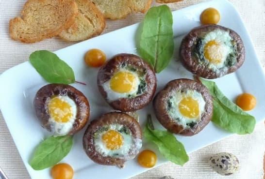 Пълнени печурки със спанак, крема сирене и пъдпъдъчи яйца - изображение