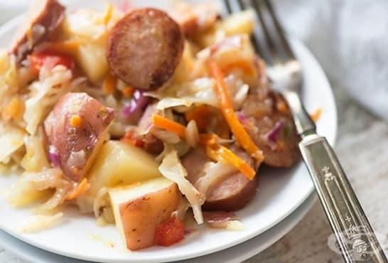Пържено зеле с моркови, наденица и картофи - изображение