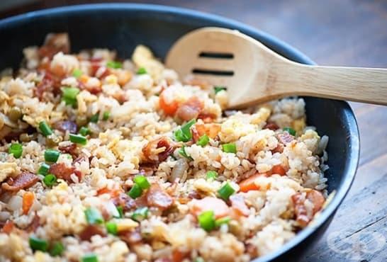 Пържен ориз с бекон на тиган - изображение