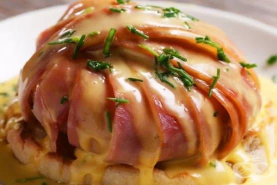 Забулени яйца, обвити в шунка със сос Холандез - изображение