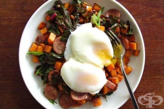 Здравословна закуска с яйца, сладки картофи и наденица - изображение