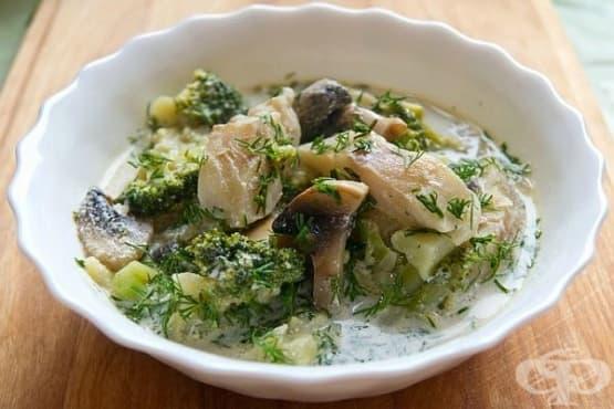 Бяла риба с броколи и гъби в сметана - изображение