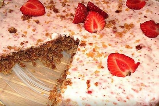 Торта от ръжени сухари с мед, сметана и ягоди - изображение