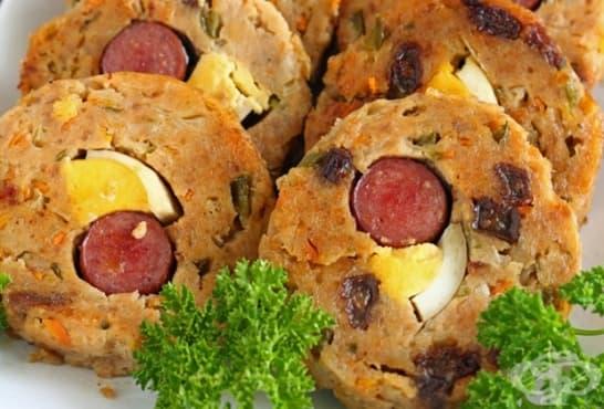 Руло от кайма със зеленчуци, яйца и наденица - изображение