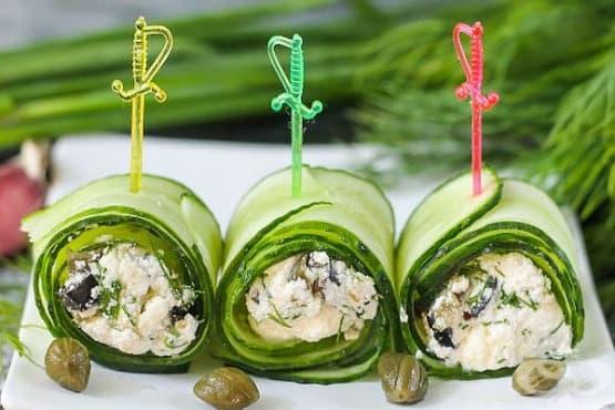Рулца от пресни краставици със сирене, копър и маслини - изображение