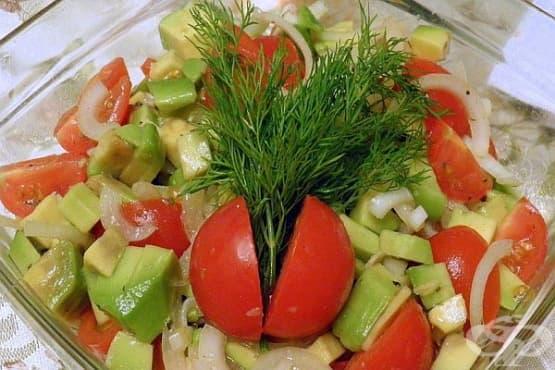 Доматена салата с авокадо - изображение