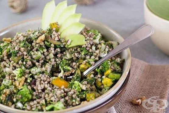 Салата от елда с пресни зеленчуци и маслини - изображение