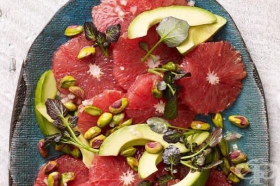 Салата от грейпфрут с авокадо и шамфъстък - изображение