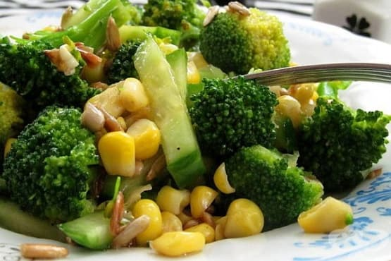 Салата от краставици с броколи, царевица и семена - изображение