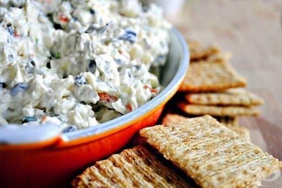 Салата от крема сирене с маслини, кашкавал и зелен лук - изображение
