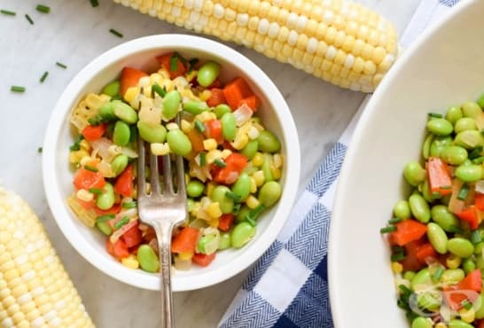 Пъстра зеленчукова салата с царевица и зелен боб - изображение