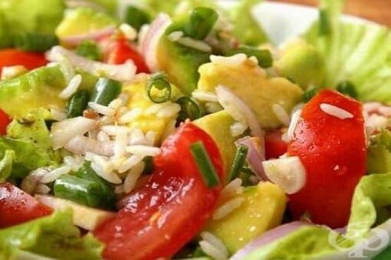 Дългозърнест ориз с авокадо, шунка и домати - изображение