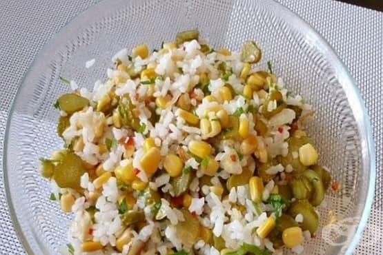 Гарнитура от ориз с кисели краставички и царевица - изображение