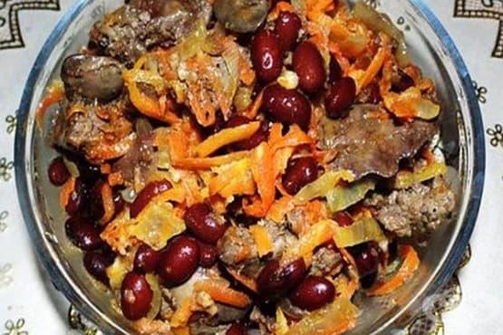 Бобена салата с пилешки дробчета и лук - изображение