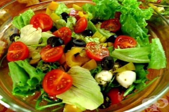 Салата от рукола и чери домати с моцарела и маслини - изображение