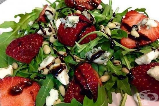 Салата от рукола с ягоди, синьо сирене и кедрови ядки - изображение