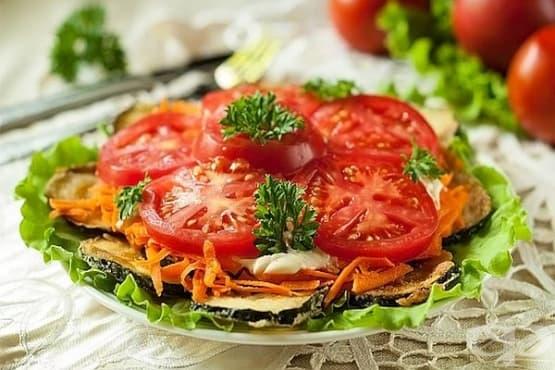 Салата от запържени тиквички с домати, моркови и сметана - изображение