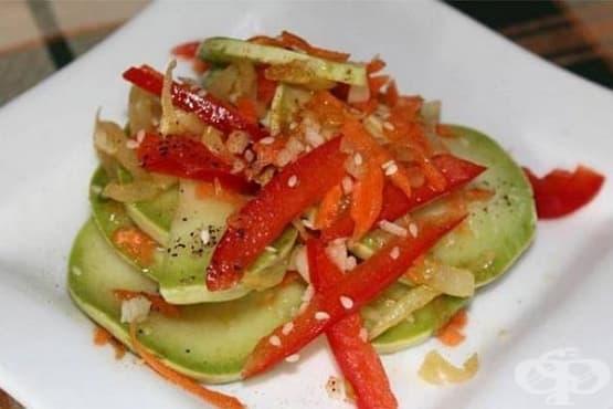 Пикантна салата от тиквички с моркови, чушки и сусам - изображение