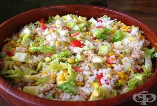 Оризова салата с айсберг, риба тон и маслини - изображение
