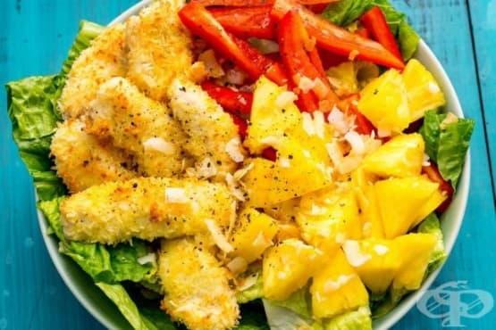 Панирано пилешко филе в кокос със салата - изображение