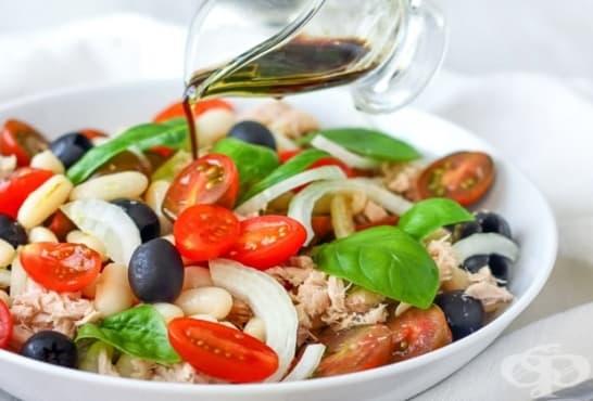 Бобена салата с домати, маслини и риба тон - изображение