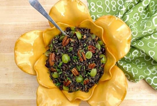 Салата от черен ориз с орехи и грозде - изображение
