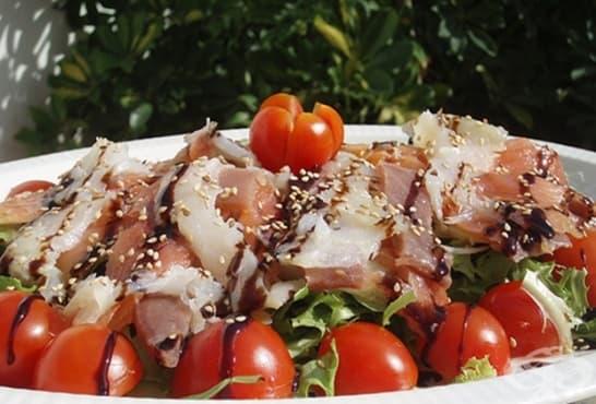 Зелена салата с чери домати, сусам и прошуто - изображение