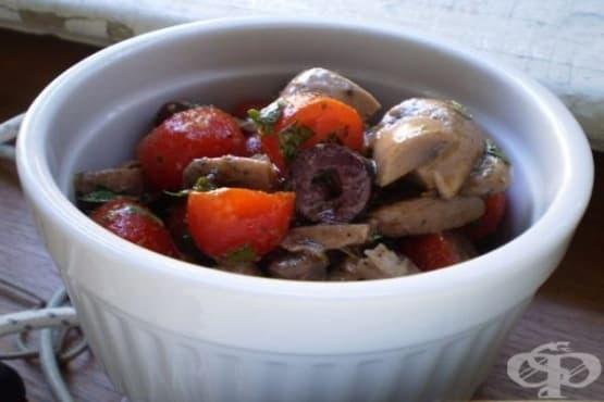 Салата с мариновани печурки и чери домати - изображение