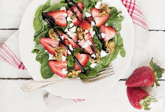 Спаначена салата с кресон, ягоди, орехи и козе сирене - изображение