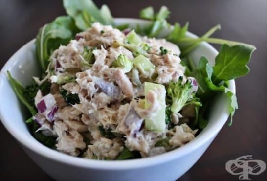 Зелена салата с броколи, краставици и риба тон - изображение