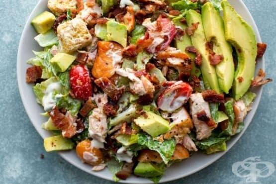 Богата салата със сьомга, бекон, авокадо и зеленчуци - изображение