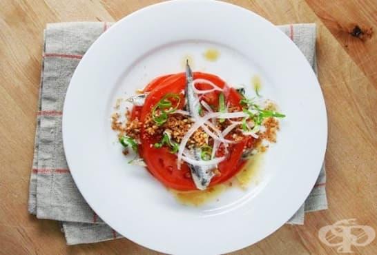 Салата от розови домати с аншоа, лук и смлени чеснови крутони - изображение