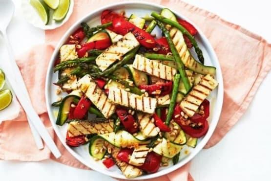 Салата от печени зеленчуци и сирене халуми - изображение
