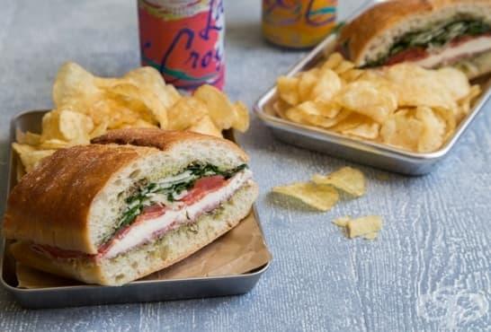 Чабата сандвич с моцарела, рукола и салами - изображение