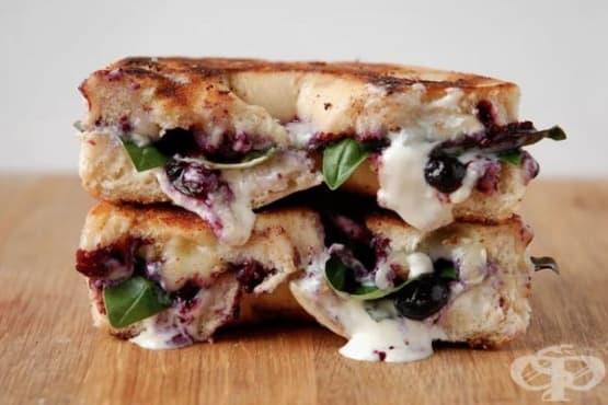 Сандвич със сирене бри, маскарпоне и боровинки - изображение